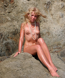 Blondy on the rocks